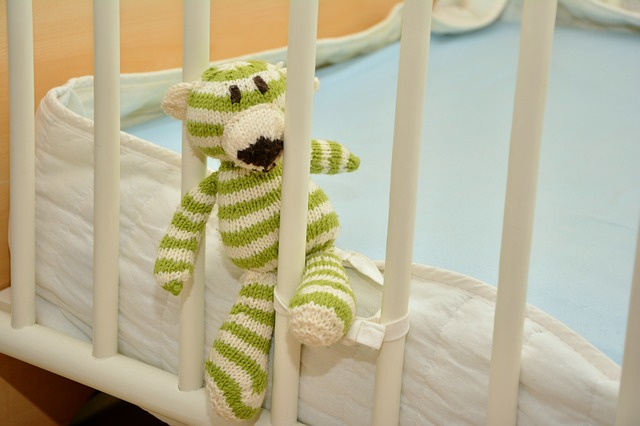 jaki materac do łóżeczka niemowlaka